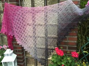 Lacetuch *MAINAU* gehäkeltes Schultertuch im Farbverlauf pink-grau-schwarz