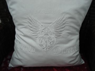 Hochzeitsgeschenk Kissen mit aufgesticktem Liebesschloß
