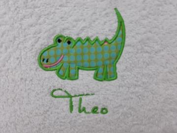 Kinder Handtuch bestickt mit Krokodil & Namen für Kita und Kindergarten