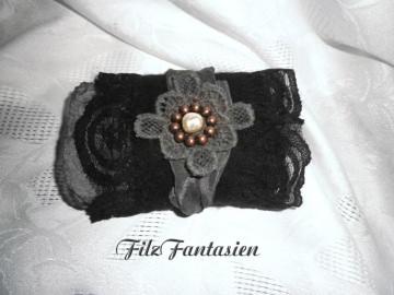 Filzarmband, Armband mit Seide und Spitze in schwarz, Manschette, Stoffarmband, Textilarmband, Pulswärmer