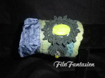 Filzarmband, Armband mit Seide, Perlen, Spitze und Jade, Manschette, Stoffarmband, Textilarmband, Pulswärmer, Tannengrün