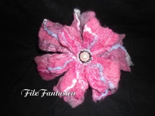 Haarschmuck aus Filz, gefilzte Haarblüte, große Filzblüte mit Perlen