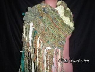 Handgestrickter Schal aus handgesponnener Wolle, Strickschal, Wollschal mit Fransen, Fransenschal mit Filzbrosche, Tannengrün