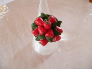 Ring mit handmodellierten Erdbeeren aus Modelliermasse