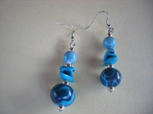 Ohrhänger aus handmodellierten Perlen in Meeresfarben Fimo Polymer clay