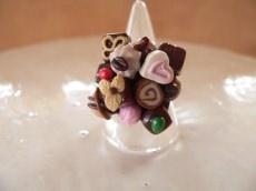 Fingerring mit Pralinen in miniatur Fimo Polymer clay modelliert witziger Ring - Handarbeit kaufen