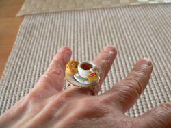 Ring Frühstück mit einer Tasse Tee und Croissant