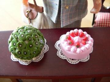 Zwei modellierte Torten für das Sammlerpuppenhaus im Maßstab 1:12