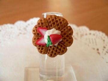 Fingerring Waffel mit Sahne und Erdbeere Fimo handmodelliert - Handarbeit kaufen