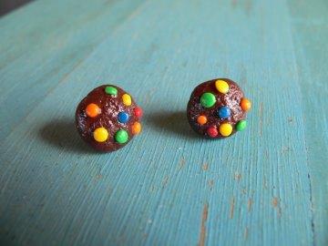 Keks mit Schokolinsen Ohrstecker Ohrringe handmodelliert aus Fimo   - Handarbeit kaufen