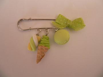 Brosche Kiltnadel mit Leckereien in Grün, handmodelliert aus Fimo,
