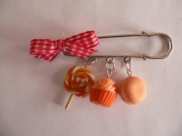 Brosche Kiltnadel mit Leckereien in orange handmodelliert aus Fimo