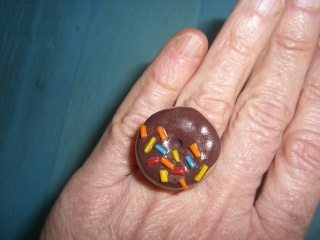 Ring Donut mit Streuseln handmodelliert aus Fimo Polymer clay   - Handarbeit kaufen