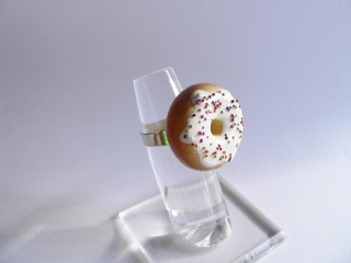 Ring Donut mit Streuseln handmodelliert aus Fimo Polymer clay