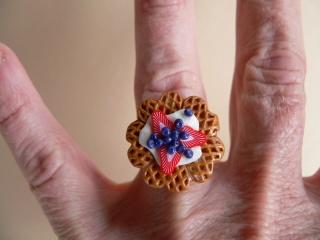 Ring Waffel mit Heidelbeeren und Erdbeeren aus Fimo handmodelliert