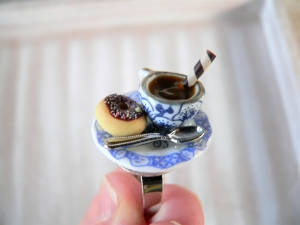 Ring Tasse Kaffee und Donut Puppenstubenschmuck Fingerring - Handarbeit kaufen