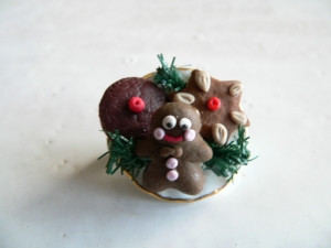 weihnachtliche Brosche Teller mit Lebkuchen handmodelliert aus Fimo Polymer clay