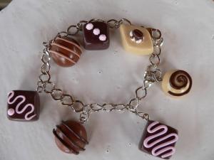 Bettelarmband mit Pralinen Charms aus Fimo Polymer clay  Armschmuck Armband