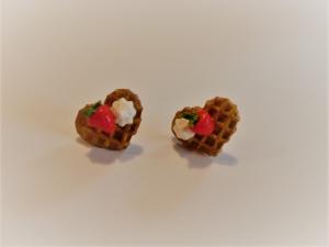 Ohrstecker Waffelherz mit  Erdbeere Ohrringe Ohrschmuck handmodelliert Fimo Polymer Clay