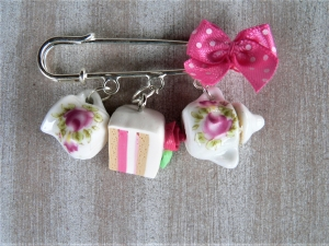 Brosche Kiltnadel in weiß und rosa mit handmodelliertem Tortenstück aus Fimo  - Handarbeit kaufen