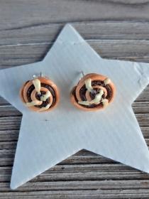 Ohrstecker Zimtschnecken Ohrringe handmodelliert aus Fimo   witziger Ohrschmuck aus Polymer Clay  - Handarbeit kaufen