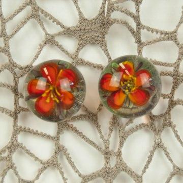 Ohrstecker mit eingeschlossener Glasblume Perle gefüllt mit roter Blume mundgeblasen