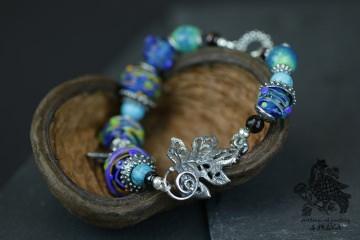 Armband aus Glasperlen handgeblasen in Blauschattierungen und metallene charms beads
