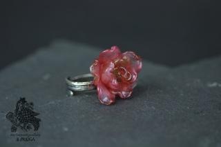 Statement Ring mit einer handgeblasenen Glasrose in rosa-transparent