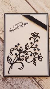 Trauerkarte mit schwarzer Blume, mit Steinen besetzt, filigran und trotzdem Kraftvoll