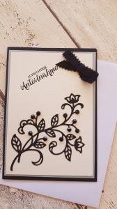 Trauerkarte mit schwarzer Blume, mit Steinen besetzt, filigran mit Satinschleife