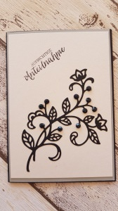Trauerkarte mit schwarzer Blume, mit Steinen besetzt, filigran und schlicht