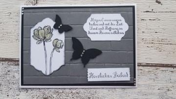 Trauerkarte mit geprägtem Hintergrund, Blumen der Hoffnung und Schmetterlingen
