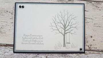 Trauerkarte mit dem Baum der Freundschaft - eine leere Schaukel verweist auf den leeren Platz in unserem Herzen
