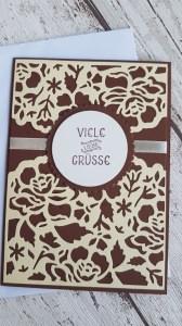 Viele liebe Grüße als Grußkarte - zierlicher Blütentraum und ein glänzendes Band unter dem Gruß