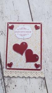 Glückwunschkarte mit viel Herz - leicht vintage angehaucht durch den Hintergrund und einer Häkelbordüre
