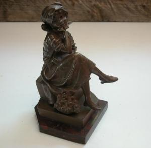 Die Mädchen Skulptur aus Bronze ist ca. 15 cm hoch plus Sockel aus Marmor mit ca. 1,5 cm. Die Figur ist signiert mit: M. Lindenberg.
