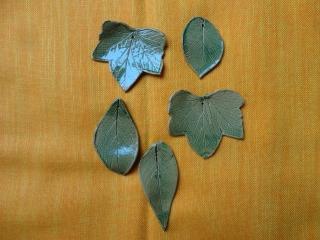 Keramikblätter, 5er-Set, grün, mit Loch - Handarbeit kaufen