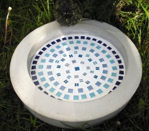 Vogeltränke Vogelbad Tränke aus Beton Mosaik handgefertigt Garten Vogelbecken handgemacht
