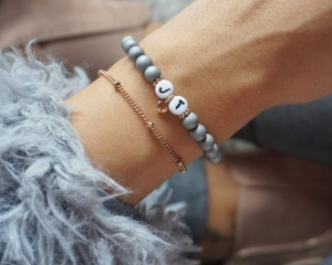 Initialen Armband Glasperlen grau matt