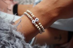 Initial Armband mit echten Natursteinperlen