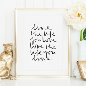 Poster, Wandbild, Kunstdruck mit motivierendem Spruch im Handlettering-Stil: Live the life you love, love the life you live