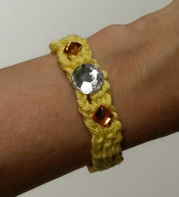 Gehäkeltes Armband mit Glitzersteinen
