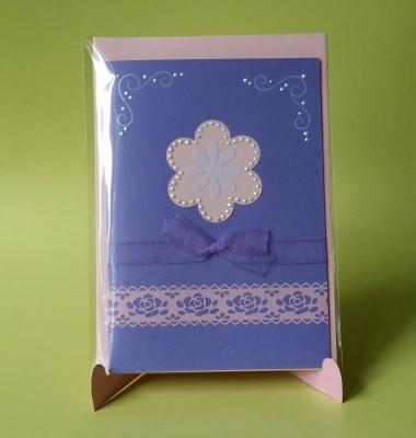 Grußkarte mit Blume in lila