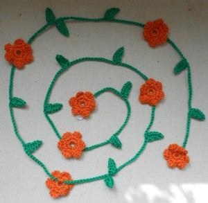Gehäkelte Blumengirlande - orange