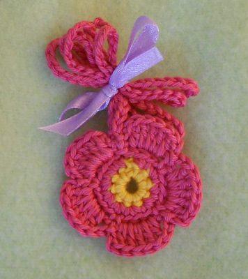 Gehäkelte Blumenkette - pink