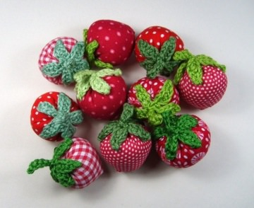 10 Erdbeeren aus Stoff und Baumwollgarn handgenäht