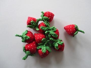 10 Mini-Walderdbeeren aus Baumwollstoff und -garn von Hand gehäkelt und genäht in rot mit weißen Punkten