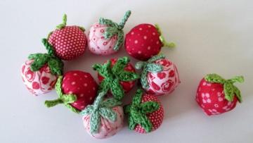 10 Erdbeeren aus Stoff und Baumwollgarn in rosa rot
