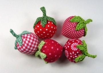 5 Erdbeeren aus Stoff gehäkelt und genäht, rot gemusterte Stoffe