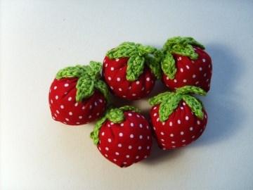 5 Erdbeeren aus Stoff, rot mit weißen Punkten
